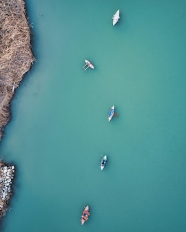 Vue aérienne du lagon avec des bateaux de pêche à cullera, espagne