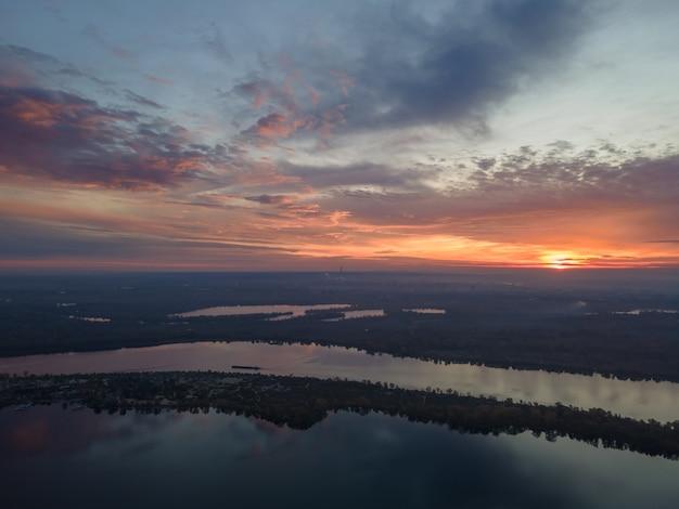 Vue aérienne du lever du soleil du matin sur le fleuve dniepr