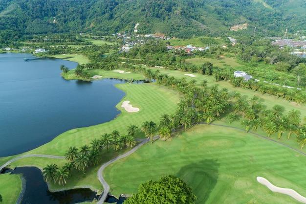 Vue aérienne du magnifique terrain de golf beau parcours de golf d'herbe verte en journée d'été