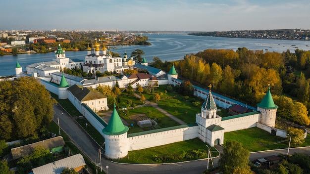 Vue aérienne du monastère d'ipatiev à kostroma avant le coucher du soleil