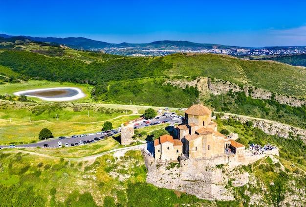 Vue aérienne du monastère de jvari près de mtskheta. en géorgie
