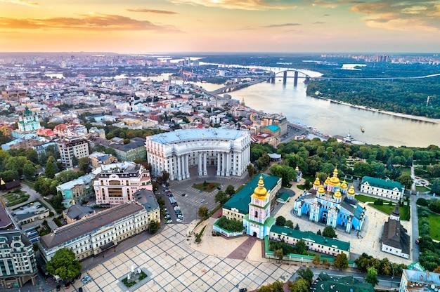 Vue aérienne du monastère saint-michel-d'or-dôme, ministère des affaires étrangères et du fleuve dniepr à kiev - ukraine, europe de l'est