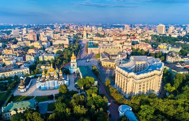 Vue aérienne du monastère st. michaels golden-dome, ministère des affaires étrangères et de la cathédrale sainte-sophie à kiev, ukraine