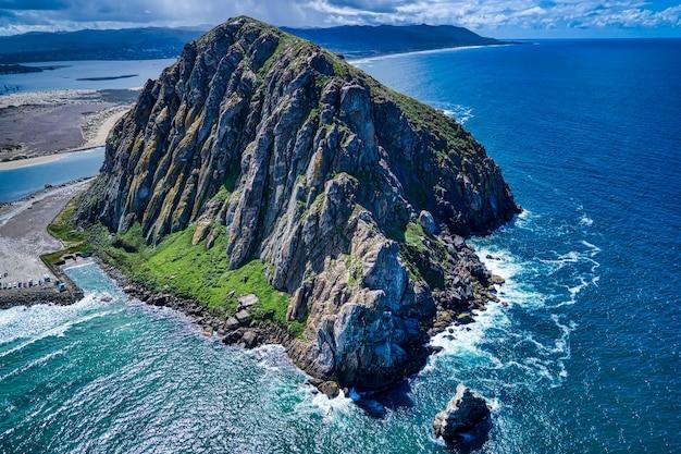 Vue aérienne du morro rock en californie à midi