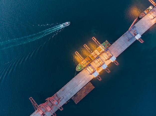 Vue aérienne du navire à gaz autour du port de terminal international.