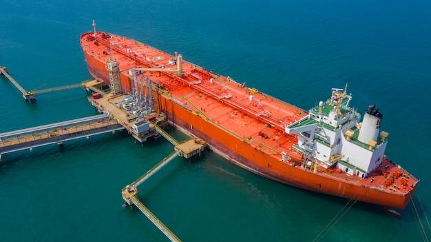 Vue aérienne du navire pétrolier, navire pétrolier rouge.
