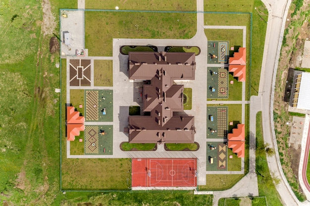 Vue aérienne du nouveau bâtiment presyard et cour avec des alcôves et des pelouses vertes.