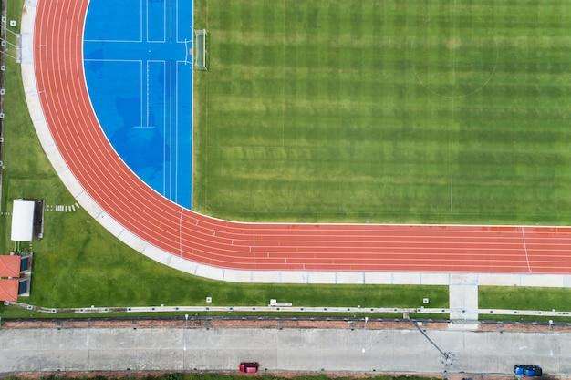 Vue aérienne du nouveau terrain de football vide d'en haut avec des pistes de course autour incroyable nouveau petit stade pour de nombreuses disciplines sportives à phuket en thaïlande.