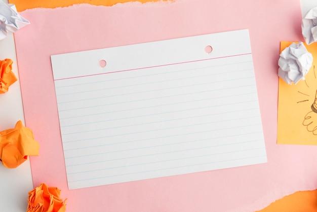 Vue aérienne du papier de ligne sur du papier cartonné avec du papier froissé