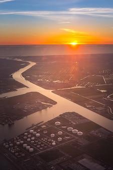 Vue aérienne du parc de réservoirs de pétrole et de gaz en pétrochimie et essence