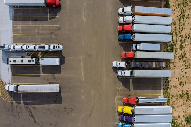 Vue aérienne du parking avec des camions sur le transport du quai logistique des remorques de l'aire de repos des camions