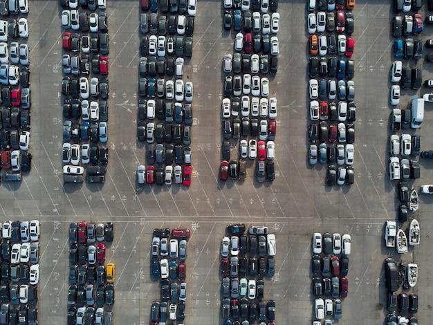 Vue aérienne du parking de stockage automobile accidenté utilisé.