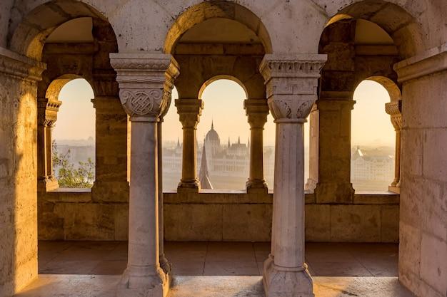 Vue aérienne du parlement de hongrie à travers un bastion gothique