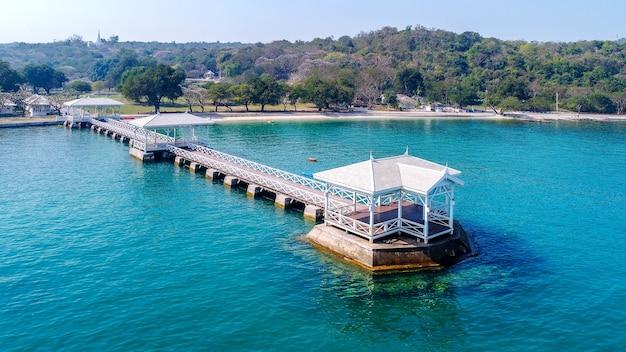 Vue aérienne du pavillon au bord de l'eau en bois dans l'île de koh si chang, thaïlande. pont asdang.