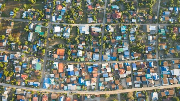 Vue aérienne du paysage du village rural au matin