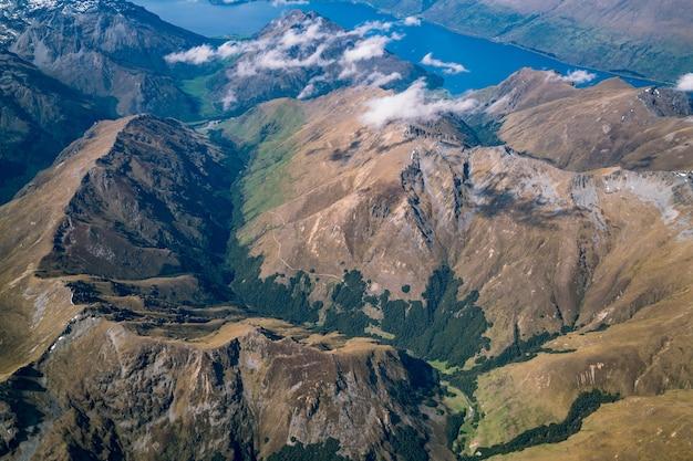 Vue aérienne du paysage de montagne et lac d'avion au-dessus de la montagne près de queenstown, nouvelle-zélande