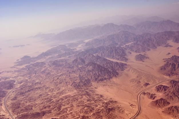 Vue aérienne du paysage de montagnes et de sable du désert