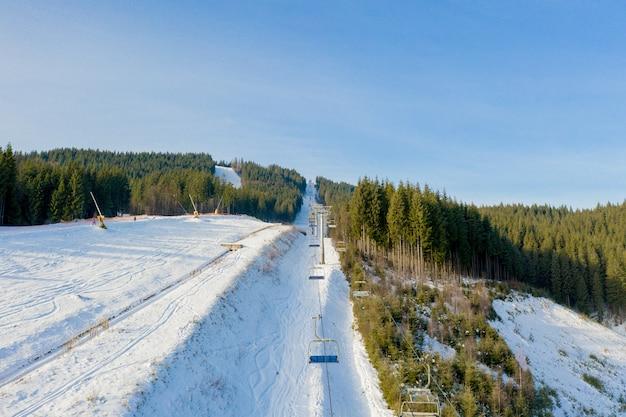Vue aérienne du paysage des pistes de ski et de snowboard