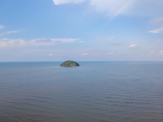 Vue aérienne du paysage de la plage de la mer. vagues se dirigeant vers le rivage en thaïlande.