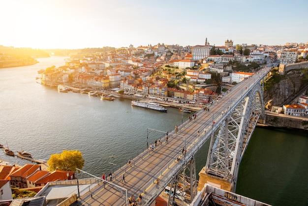 Vue aérienne du paysage sur le pont luis sur le fleuve douro dans la ville de porto pendant le coucher du soleil au portugal
