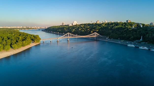 Vue aérienne du pont du parc piétonnier et du dniepr par le haut, ville de kiev, ukraine