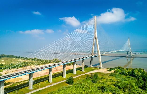 Vue aérienne du pont de normandie, un pont routier à haubans qui enjambe la seine reliant le havre à honfleur en normandie, dans le nord de la france