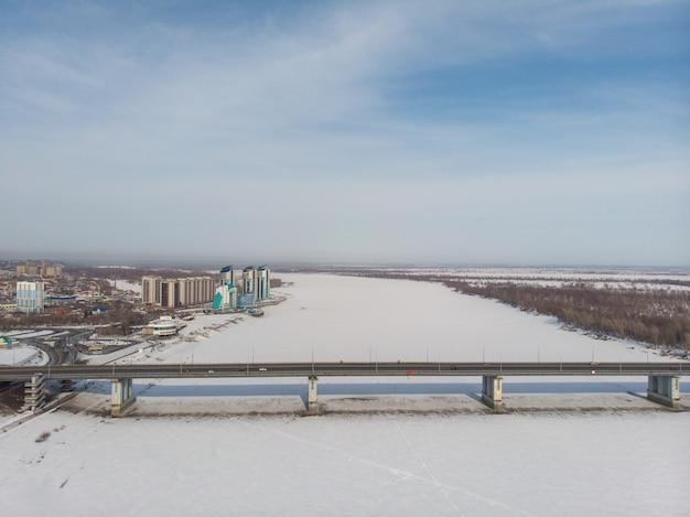 Vue aérienne du pont et de la voiture roulant sur le pont