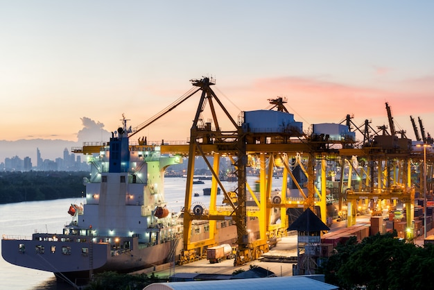 Vue aérienne du port de conteneurs de bangkok en soirée utiliser pour la logistique, l'importation, l'exportation de fond