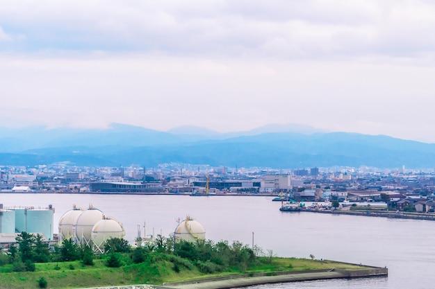 Vue aérienne du port industriel de kanazawa avec la ville de kanazawa en arrière-plan