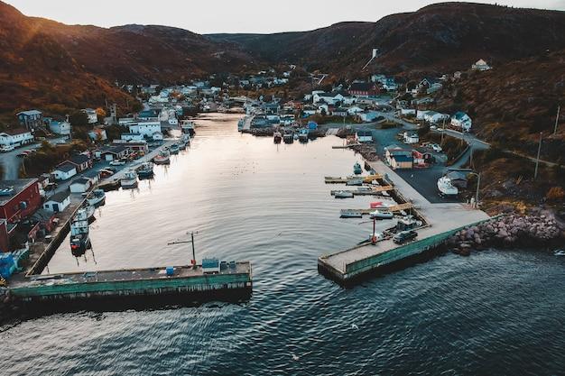 Vue aérienne du port en soirée