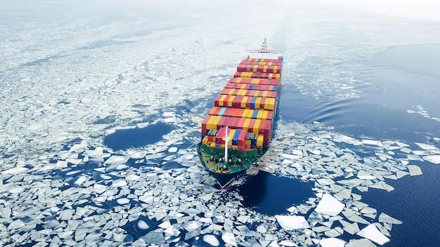 Vue aérienne du porte-conteneurs dans la mer à l'heure d'hiver
