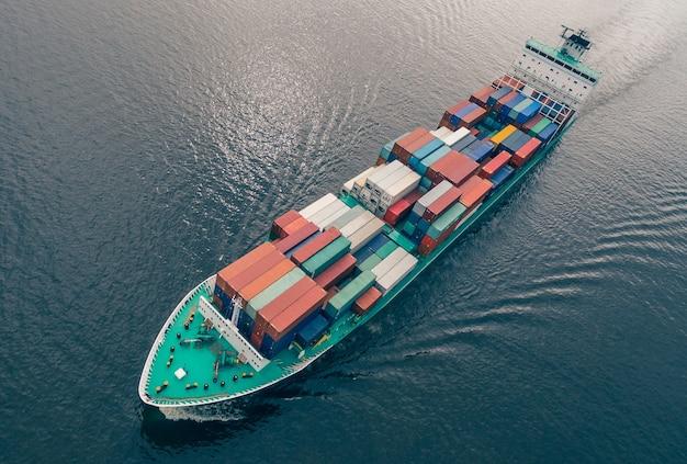 Vue aérienne du porte-conteneurs naviguant en pleine mer