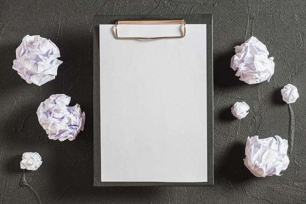 Vue aérienne du presse-papiers et des papiers froissés