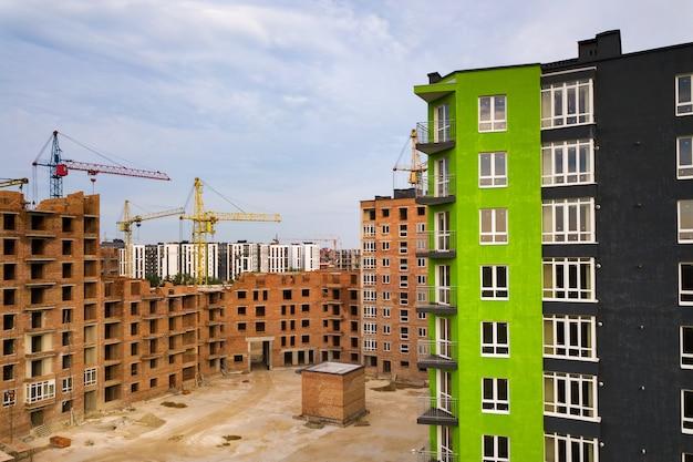 Vue aérienne du quartier résidentiel de la ville avec de hauts immeubles en construction.