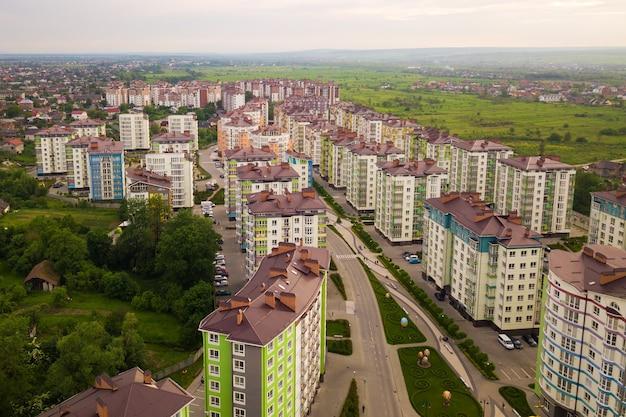 Vue aérienne du quartier résidentiel de la ville avec des immeubles d'habitation élevés.