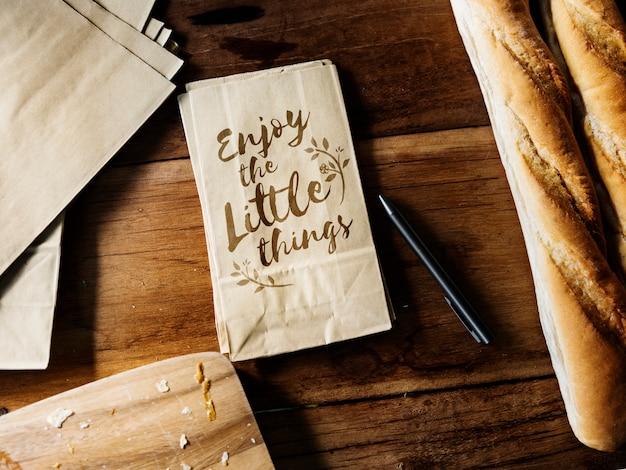 Vue aérienne du sac en papier avec boulangerie