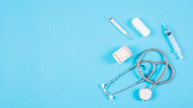Vue aérienne du stéthoscope avec des équipements médicaux sur fond bleu