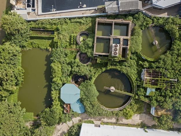 Vue aérienne du système de traitement des eaux usées dans une zone industrielle.