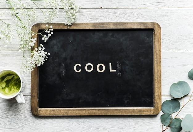 Vue aérienne du tableau noir avec le mot cool