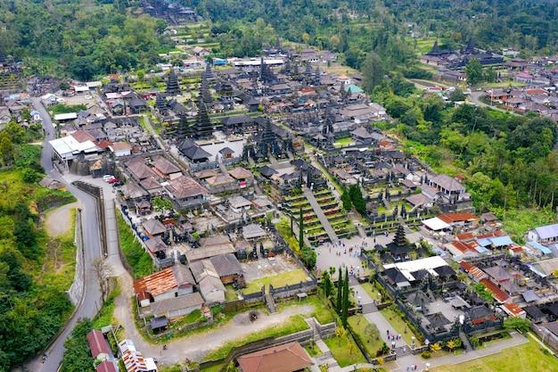 Vue aérienne du temple de besakih à bali, indonésie