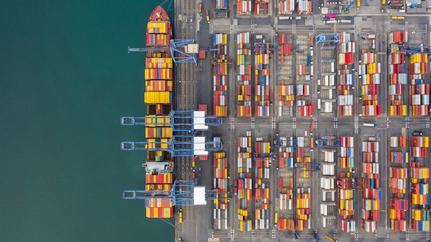 Vue aérienne du terminal cargo, grue de déchargement du terminal cargo, vue industrielle du port industriel avec conteneurs et porte-conteneurs.