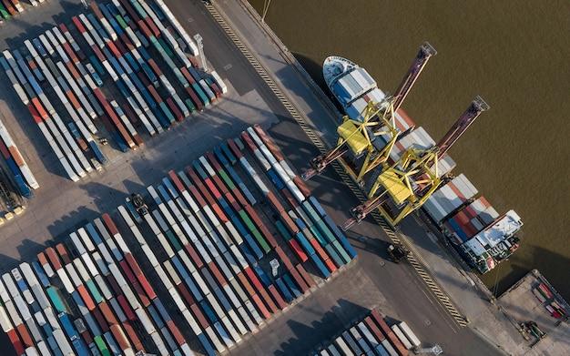 Vue aérienne du terminal à conteneurs. déchargement de navires dans le port maritime