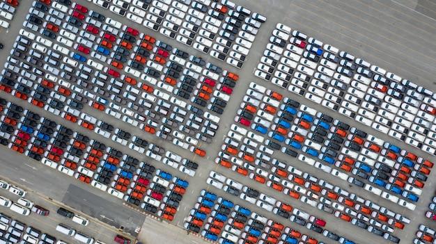 Vue aérienne du terminal d'exportation de voitures neuves, voitures neuves en attente d'importation au port de haute mer.