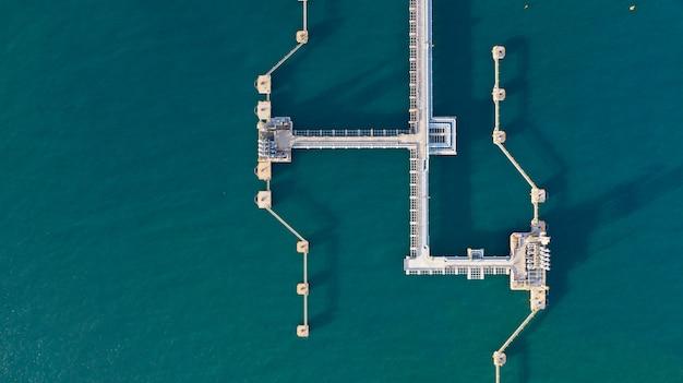 Vue aérienne du terminal de pétrole et de gaz, raffinerie de bras de chargement pour raffinage du pétrole et du gaz dans un port commercial.
