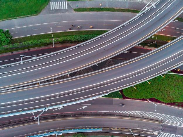 Vue aérienne du trafic sur la route