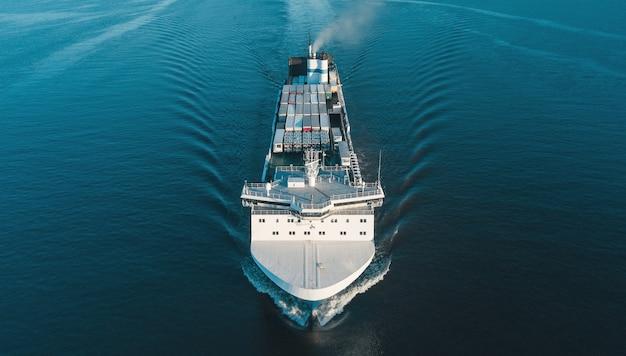 Vue aérienne du transporteur de véhicules dans la mer