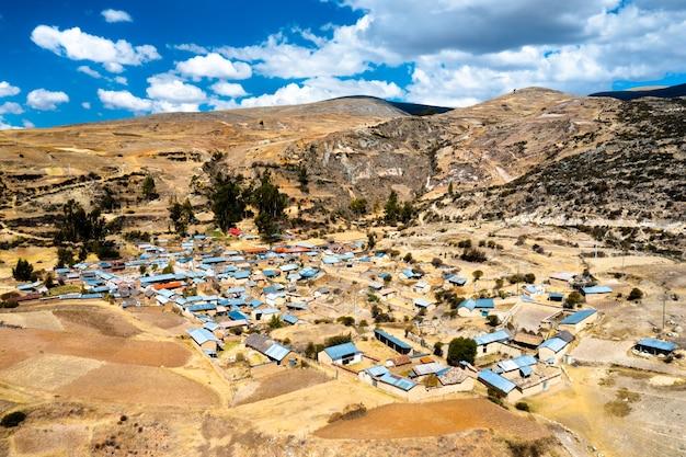 Vue aérienne du village d'antacocha dans les andes péruviennes