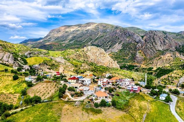Vue aérienne du village de kocahisar près du château de yeni kale à kahta, turquie