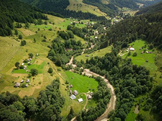 Vue aérienne du village de montagne dans les carpates en journée d'été
