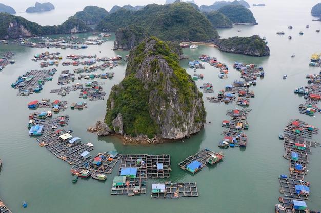 Vue aérienne du village de pêcheurs flottant dans la baie de lan ha, vietnam. patrimoine mondial de l'unesco. près de la baie d'ha long